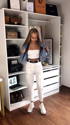 Are you ready to look stylish and cool this summer? If you looking for some summer outfit inspiration, you're absolutely on the right article girls! Cropped Jeans Outfit, White Jeans Outfit, White Pants, Stylish Outfits, Cute Outfits, Fashion Outfits, Fashion Ideas, White Sneakers Outfit, Crop Top With Jeans