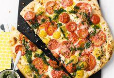 Pizza mit gemischten Tomaten und Basilikumöl