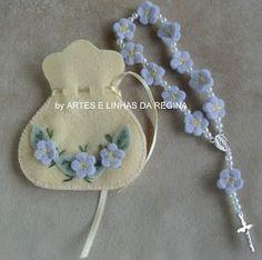 ARTES E LINHAS DA REGINA: MINI TERÇO EM FELTRO Doll Patterns, Sewing Patterns, Faith Crafts, Catholic Crafts, Diy And Crafts, Arts And Crafts, Pine Cone Crafts, Felt Baby, First Holy Communion