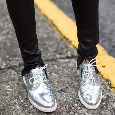 Looks com sapatos metálicos.