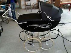 Ouderwetse kinderwagen Pram Stroller, Baby Strollers, Silver Cross Prams, Vintage Pram, Prams And Pushchairs, Dolls Prams, Baby Buggy, Baby Prams, Baby Carriage