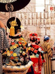 Edo Oiran Yoshiwara Dochu Parade in Asakusa, Tokyo 江戸吉原おいらん道中 -傘の下の花魁- by Neconote on Flickr