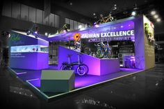 Great use of levels to showcase product in this exhibit booth Pos Design, Stand Design, Display Design, Exhibition Booth Design, Exhibition Display, Exhibition Stands, Concert Stage Design, Exibition Design, Stand Feria