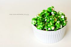 Patrick's Day *Food* - Green Candied Popcorn (recipe tutorial) patricks day treats for work healthy Homemade Popcorn, Popcorn Recipes, Dog Food Recipes, Free Recipes, Holiday Treats, Holiday Recipes, Holiday Fun, Candy Popcorn, St Patricks Day Food