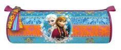 Ledové království - Kulatý penál, modrý. Praktický penál, do kterého se vám vejde velké množství psacích potřeb. Kulatý penál se zavírá na zip, na kterém je přívěsek s třásněmi. Z přední strany jsou sestry Anna a Elsa, které vládnou království Arendelle a zdobený modro oranžový pásek s vločkami a květinami.