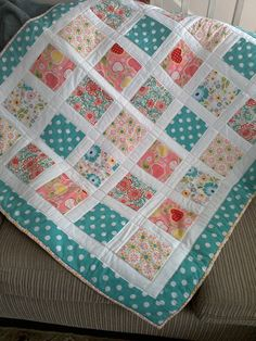 Best 12 Baby quilt tutorial – perfect for using charm squares. Learn a new quilting skill – how to sew together patchwork squares on point. Baby Quilts Easy, Cute Quilts, Baby Girl Quilts, Girls Quilts, Small Quilts, Quilt Baby, Patchwork Quilting, Scrappy Quilts, Amish Quilts