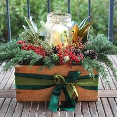 DIY Christmas table decorations: easy tutorial & video on how to make a beautiful, long lasting Christmas centerpiece as decor & gifts in 10 minutes! Christmas Planters, Christmas Table Decorations, Decoration Table, Christmas Table Scapes, Pallet Wood Christmas, Farmhouse Christmas Decor, Rustic Christmas, Primitive Christmas, Simple Christmas