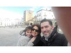Tamara y su familia con la Plaza Mayor de Cáceres de fondo