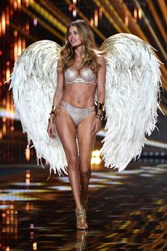 See what models are walking the 2014 Victoria's Secret Fashion Show. From Angels like Adriana Lima and Alessandra Ambrosio to new faces, check out the list of… Show Victoria Secret, Modelos Victoria Secret, Victoria Secret Wings, Victoria Secrets, Adriana Lima Victoria Secret, Victoria Secret Lingerie, Doutzen Kroes, Victorias Secret Models, Costumes