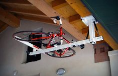 The flat-bike-lift is a new ceiling hydro-pneumatic overhead bike rack to be used in the house garage or in place where we park our bike. Bike Storage Systems, Bicycle Storage Rack, Indoor Bike Storage, Indoor Bike Rack, Bike Storage Solutions, Roof Storage, Bicycle Rack, Storage Spaces, Bike Storage Lift