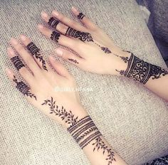Another angle of the finger mehndi
