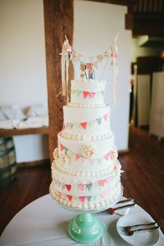 cake with bunting // photo by Kate Miller Photography // http://ruffledblog.com/whimsical-illinois-barn-wedding (Layer Cake Mariage)