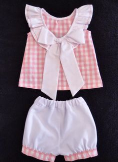 Hola mamás costureras!!     Esta semana os enseño el conjunto que he hecho. Es la blusa con lazo en el escote te Pa... Baby Girl Dress Patterns, Little Girl Dresses, Baby Sewing Projects, Sewing For Kids, Baby Girl Fashion, Kids Fashion, Toddler Outfits, Kids Outfits, Frocks For Girls