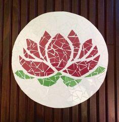 A presença do mosaico na decoração são detalhes que fazem a diferença.Descanso para travessas ou panelas com mosaico de azulejo colorido sobre madeira. A flor de lótus simboliza a pureza, a perfeição, a sabedoria, a paz, o sol, a prosperidade, a energia, a fertilidade, o nascimento, o renascimento, a sexualidade e a sensualidade Altura: 2.00 cm Largura: 24.00 cm Comprimento: 24.00 cm Peso: 500 g Feito sob encomenda 7 dias úteis para produção Mosaic Tile Art, Mosaic Birds, Mosaic Flowers, Pebble Mosaic, Mosaic Glass, Mosaic Designs, Mosaic Patterns, Dragonfly Stained Glass, Buddha Lotus