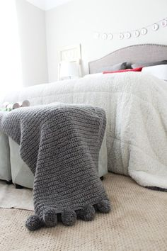 Pom Pom throw for Guest room Christmas Red and Gray Crochet Home, Cute Crochet, Crochet Crafts, Crochet Baby, Crochet Throw Pattern, Baby Knitting Patterns, Chunky Blanket, Cover Style, Sofa Throw