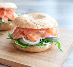 Bagels with salmon and cream cheese; a nice sandwich for lunch. Easy to make and ready in 5 minutes. Also delicious as a light evening meal. Tapas, Veggie Recipes, Healthy Recipes, Crockpot Recipes, Food Porn, Bagels, Sandwiches For Lunch, Happy Foods, Lunch Snacks
