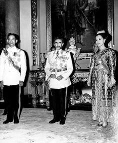 Queen Sirikit of Thailand. King Phumipol, King Of Kings, King Queen, Thailand National Costume, Queen Sirikit, Bhumibol Adulyadej, King Photo, Royal Jewelry, Royalty