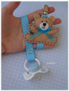 3 Peas: ruban chucha avec ours en peluche Felt Crafts Diy, Baby Crafts, Baby Binky, Baby Toys, Cute Sewing Projects, Diy Bebe, Pacifier Holder, Pacifier Clips, Bebe Baby