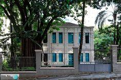 Esta casa da década de 1920 está localizada na capital mineira e já foi residência, colégio e até convento. O projeto é do arquiteto italiano Octaviano Lapertosa, um dos fundadores da Escola de Arquitetura da UFMG.