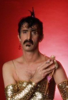 Frank Zappa haciendo fumar a una muñeca Barbie