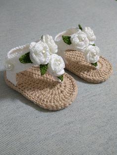 Crochet Baby Sandals, Crochet Baby Boots, Knitted Baby Clothes, Crochet Girls, Crochet Slippers, Crochet Clothes, Crochet Shoes Pattern, Baby Shoes Pattern, Crochet Patterns