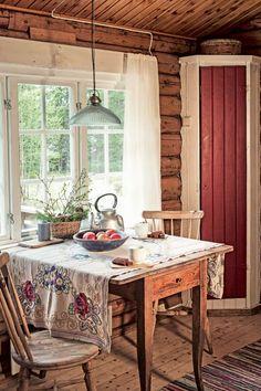 SPISEPLASS: Et hjørneskap på hver side av spisebordet rommer det meste av kopper og kar det ikke er plass til på kjøkkenet.