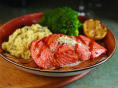 GRILLED NORWEGIAN SALMON  Filete de salmão (225g) grelhado, envolto em papel de cedro, regado com molho barbecue com maître de manteiga de ervas. Servido com puré de batata yukon e legumes da época. #ThisIsHardRock