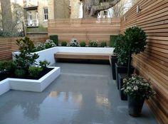 banc en bois massif dans l'arrière-cour avec sol en résine