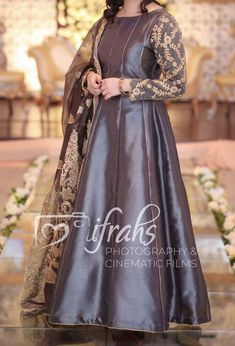 how to make clothes Beautiful Pakistani Dresses, Pakistani Formal Dresses, Pakistani Dress Design, Pakistani Mehndi, Fancy Dress Design, Stylish Dress Designs, Bridal Dress Design, Fancy Wedding Dresses, Designer Party Wear Dresses
