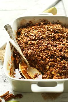 THE BEST vegan apple crisp with pecan oat topping, 1 bowl and of course SWEET! THE BEST vegan apple crisp with pecan oat topping, 1 bowl and of course SWEET! Scones Vegan, Vegan Tarts, Low Carb Vegan Breakfast, Breakfast Desayunos, Vegan Apple Crisp, Apple Crisp Recipes, Baker Recipes, Dessert Recipes, Cooking Recipes