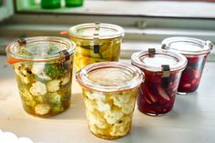 Tyhle pickles vlastně nejsou pravé pickles, ty totiž mléčně kvasí. Za to ty naše jsou hned hotové, taky kyselé, ale křupavé a skvělé! Jejich příprava je super snadná - stačí na ni pár věcí na zavařování - a kombinace neomezené. Ze zeleniny doporučuji kořenovou, jako je ř Aglio Olio, Jam Jar, Kimchi, Raw Food Recipes, Preserves, Food Inspiration, Pickles, Cucumber, Nom Nom