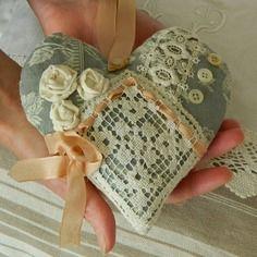 Coussin de porte, coeur à suspendre en toile à matelas gris/bleu , dentelle ancienne et boutons de nacr. Confectionné par Cannelle-fil-et-tissu