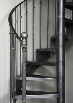 DH122 - SPIR'DÉCO® Bistrot sans contremarche. Escalier d'intérieur en colimaçon sur 2 niveaux pour une décoration rétro. Cet escalier en fer forgé, avec son look 'fin XIXème siècle', inspiré des bistrots français, sa rampe rétro et élégante, s'intègre dans tout type d'intérieur avec charme et caractère. Marches sobres en tôle lisse. Limon formant crémaillère en tôle roulée. Option 1ère marche arrondie et débordante formant podium de départ + poteau décoratif en fonte moulurée avec boule…