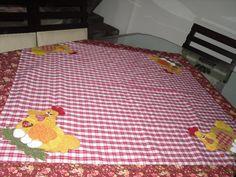 kit cozinha em patchwork, tecido 100% algodão. Aplique, cores e peças a escolha do cliente. Faça um orçamento das peças que você precisa e deixe sua cozinha mais bonita. Esse kit é composto por: um pano de prato, uma toalha de 1 metro quadrado, uma tapete para pia, um tapete pata fogão, 1 tapete ...