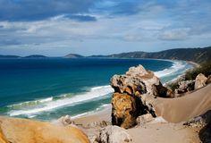 Rainbow Beach, Australia.............. E' così chiamata  per il suo tripudio di colori, dalla scogliera che sfuma dal giallo al verde, con striature bianche e rosse, al mare che varia dall azzurro al blu intenso