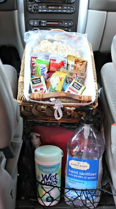 Tips for organizing the car & getting ready for a day trip with the kids!  Love this take-along snack basket & post has a great free printable checklist too!