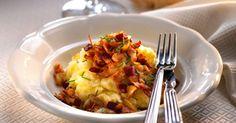 Kartoffelmos med drys af stegt bacon og løg og lidt purløg på toppen. Hertil syltede rødbeder og rugbrød - velbekomme.