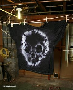 Oct 2013 - Tie-Dyed T-Shirt (still drying). The first looked sort of like an amoeba, and the second had a decidedly Punisher vibe (perh. Tie Dye Shirts, Dye T Shirt, Diy Shirt, How To Tie Dye, How To Dye Fabric, Diy Tie Dye, Diy Camisa, Ty Dye, Tie Dye Party