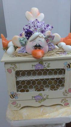 Peça em mdf com decoração em biscuit -  porta ovos Clay Jar, Pasta Flexible, Toy Chest, Buffet, Biscuits, Kitchen Decor, Polymer Clay, Baby Shower, Dolls