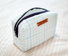 The toiletry bag pattern Sewing Patterns Free, Free Sewing, Sewing Tutorials, Sewing Projects, Beginners Sewing, Sewing Ideas, Zipper Pouch Tutorial, Craft Bags, Fabric Bags