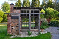 Kesäkeittiö kierrätysmateriaaleista - kesäkeittiö grillikatos piha puutarha kesä kierrätysmateriaali tiili tiilimuuri vanha piharakennus Strömsö maja huvimaja