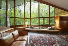 Frank Lloyd Wright Usonian house becomes architects home in Lake Forest - Curbed Chicago<br> In Lake Forest, Illinois, an architect discovers a Frank Lloyd Wright home—and takes on the Casas De Frank Lloyd Wright, Frank Loyd Wright Houses, Frank Lloyd Wright Style, Usonian House, Design Salon, Forest House, Architect House, Mid Century House, Interior Architecture
