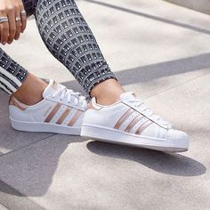 On Trend SUPERSTAR ADIDAS with metallic rose gold stripes. Great paired with legging, jeans, shorts or basically anything! Back to College - Back to School outfits! *affiliate