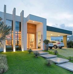 When you choose modern house plans as the basis for the design of your home, you veer off from the overt use of traditional styles that seem to be promi… Modern Exterior, Exterior Design, Design Interior, Facade House, Modern House Design, Home Fashion, Future House, Beautiful Homes, Architecture Design