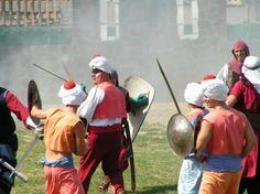 Augusztus 20-án középkori hangulatba repülhetünk vissza Hollókő váránál. Akik eljönnek láthatják a fegyveres harcok s csaták hiteles forgatagát, a mutatványosok boszorkányosságát, s a gyönyörű