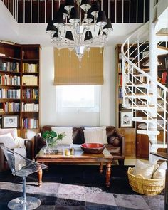 Biblioteca de dos pisos con escalera de caracol