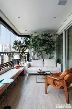 Varanda super aconchegante {} Adoro a ideia do banco ocupando o espaço do guarda-corpo Apartment Balcony Garden, Interior Balcony, Apartment Balcony Decorating, Apartment Balconies, Condo Decorating, Modern Balcony, Small Balcony Design, Small Balcony Decor, Terrace Design
