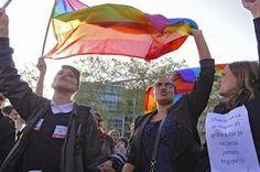 Francia revisará la prohibición de donación de sangre de los homosexuales El Diario, 2015-04-29 http://www.eldiario.es/sociedad/Francia-revisara-prohibicion-donacion-homosexuales_0_382512547.html