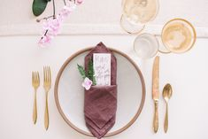 9 Creative Napkin Folding Techniques to Elevate Your Dinner Table – RMBO Collective, - Herzlich willkommen Christmas Napkin Folding, Christmas Napkins, Wedding Cakes With Flowers, Beautiful Wedding Cakes, Dream Wedding, Bounty Paper Towels, Paper Heart Garland, Beaded Napkin Rings, Gold Diy