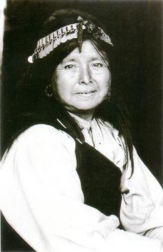 Retrato de mujer mapuche con vestimenta tradicional. Fotografía de Roberto…
